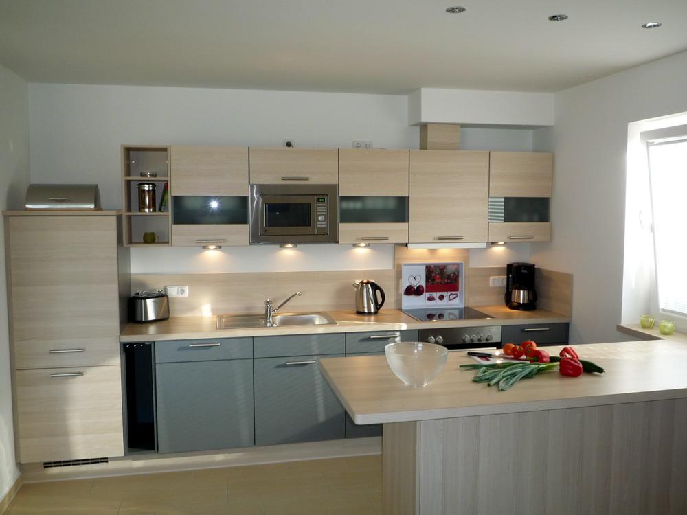 Moderne Küche mit Cerankochfeld, Mikrowelle, Kaffe & Nespressomaschine