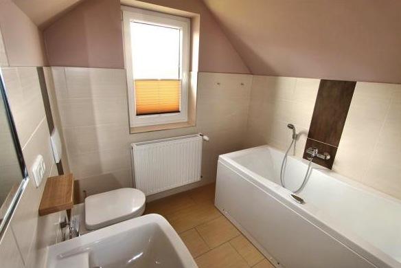 Drittes Badezimmer im Dachgeschoss mit Jacuzzi-Wanne