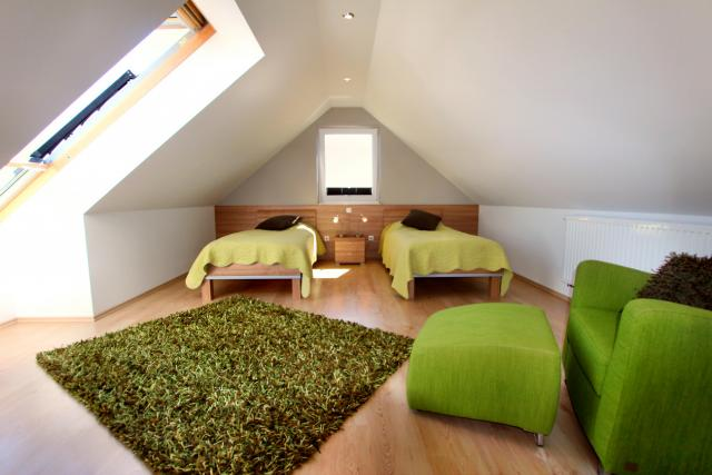 Drittes Schlafzimmer für 2 Personen im Dachgeschoss mit Lesesessel und HD TV