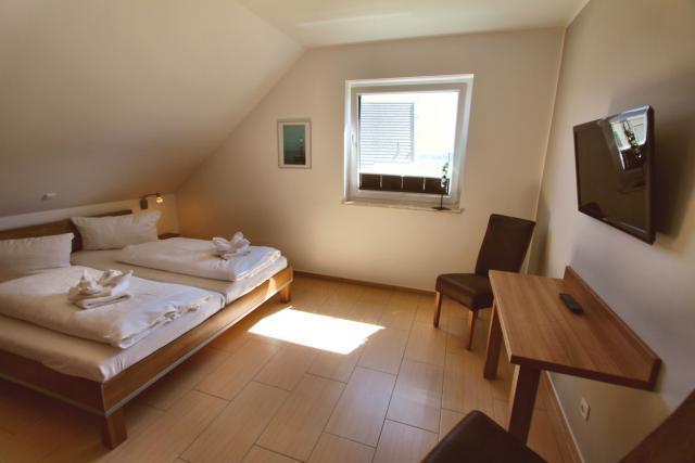Erstes Schlafzimmer für 2 Personen mit Doppelbett, Schreibtisch und HD-TV
