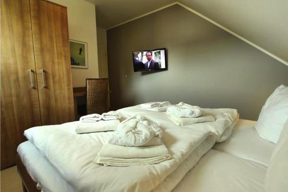 Zweites Schlafzimmer für 2 Personen mit Doppelbett, Schreibtisch und HD TV
